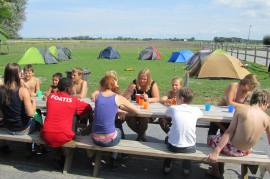 Aan de picknicktafels